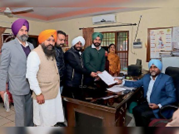 कुलवंत गुट के उम्मीदवार अपना नामांकन पत्र भरते हुए। - Dainik Bhaskar