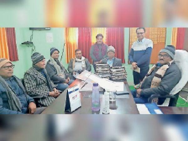 विवि में पदाधिकारियों के साथ बैठक करते कुलपति। - Dainik Bhaskar