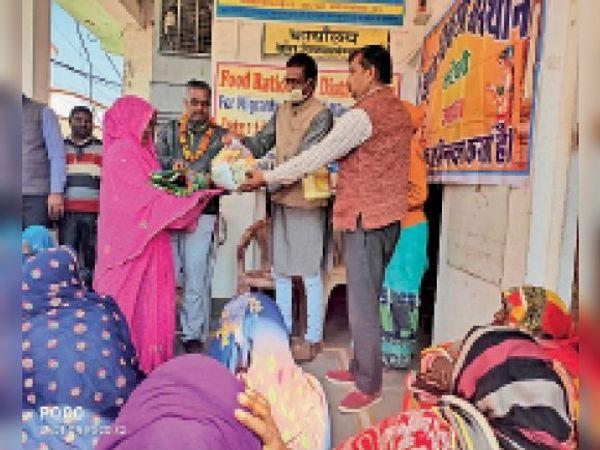 करौली|डांग विकास संस्थान दफ्तर में खनन श्रमिकों की विधवाओं को खाद्य सामग्री किट के साथ ही गर्म शॉल की गईं वितरित। - Dainik Bhaskar