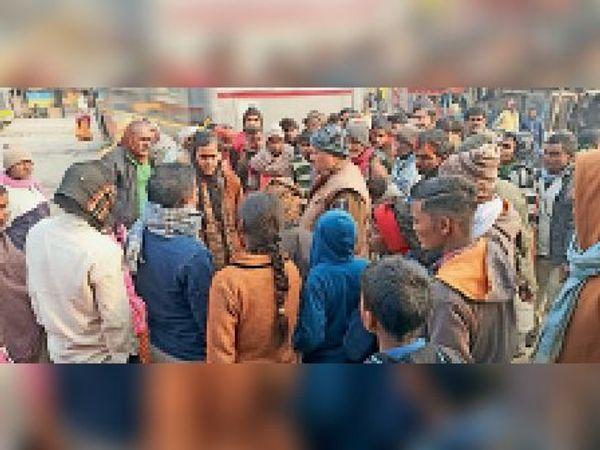 चौसा बस स्टैंड के पास पीड़ित लड़की से पूछताछ करती पुलिस। - Dainik Bhaskar