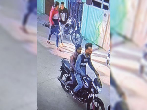 सदर पुलिस ने कई जगह सीसीटीवी कैमरे तलाशे। फुटेज में बदमाश बच्चे को बाइक पर बैठाकर ले जाता नजर आ रहा है। उसका चेहरा भी साफ नजर आ रहा है। आयुष ने बताया कि अपहरण कर ले जाते वक्त रास्ते में उसे बदमाश ने मुंह पर कपड़ा भी बांधा था। - Dainik Bhaskar
