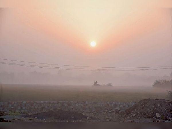 झालाावाड़. शहर में शुक्रवार सुबह धुंध रहने से सूर्य बादलों के आगोश में रहा। - Dainik Bhaskar