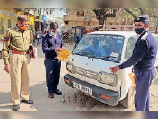 लाडनूं में वाहनों पर रिफ्लेक्टर लगाते हुए पुलिसकर्मी। - Dainik Bhaskar