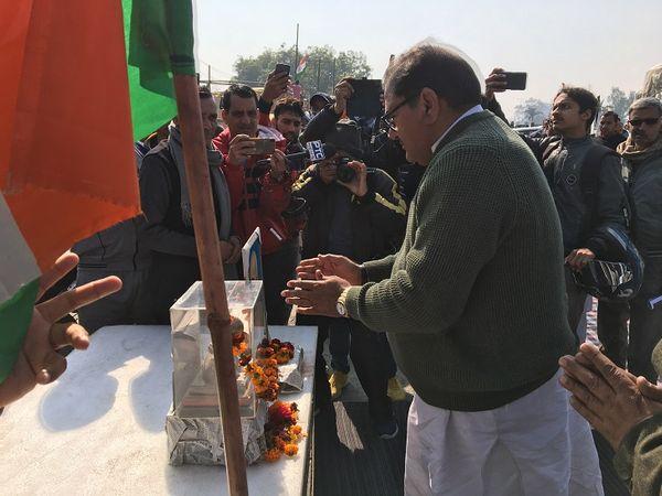 गांधी जी के चित्र पर पुष्प अर्पित करते अभय सिंह चौटाला।