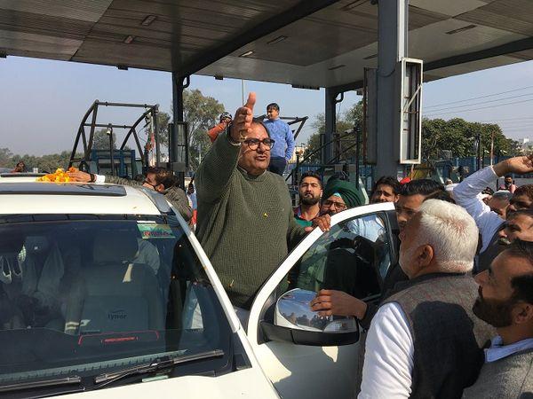 पानीपत के L&T टोल प्लाजा पहुंचे अभय सिंह चौटाला। - Dainik Bhaskar