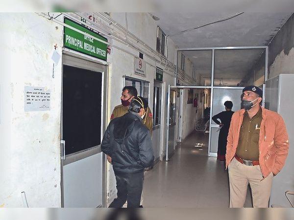मेडिकल बोर्ड की मीटिंग के दौरान बाहर पुलिस भी तैनात रही। - Dainik Bhaskar