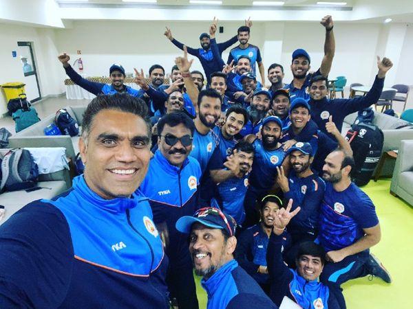 सैयद मुश्ताक अली ट्रॉफी के सेमीफाइनल में पंजाब को हराने के बाद बड़ौदा टीम के खिलाड़ी इस तरह खुश नजर आए। - Dainik Bhaskar