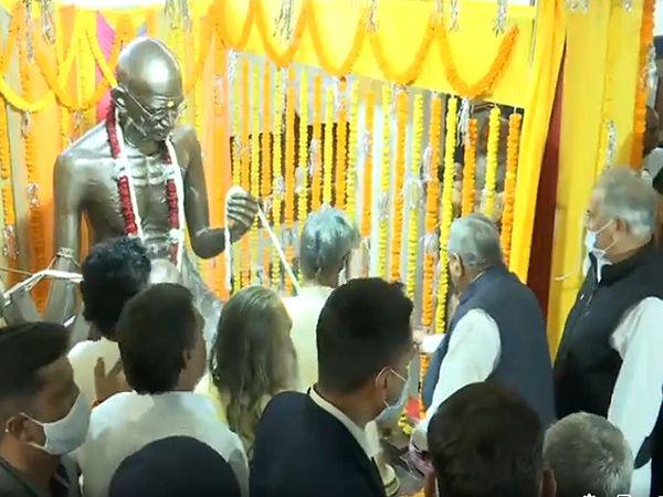 तस्वीर जैतूसाव मठ की है। इस प्रतिमा के साथ यहां महात्मा गांधी की यादों को संजोने की दिशा में अहम प्रयास किया जा रहा है। - Dainik Bhaskar