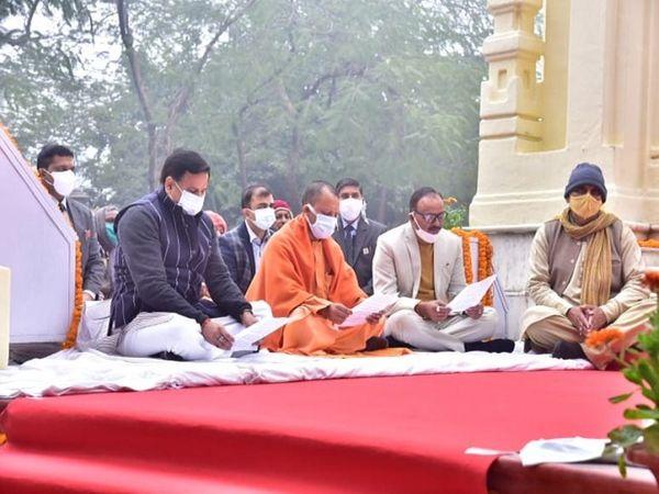 सीएम योगी ने जीपीओ पहुंचकर राष्ट्रपिता को नमन किया। इस दौरान सीएम ने कहा कि बापू के आदर्श हमें राम राज्य की ओर बढ़ने की प्रेरणा देते हैं। - Dainik Bhaskar