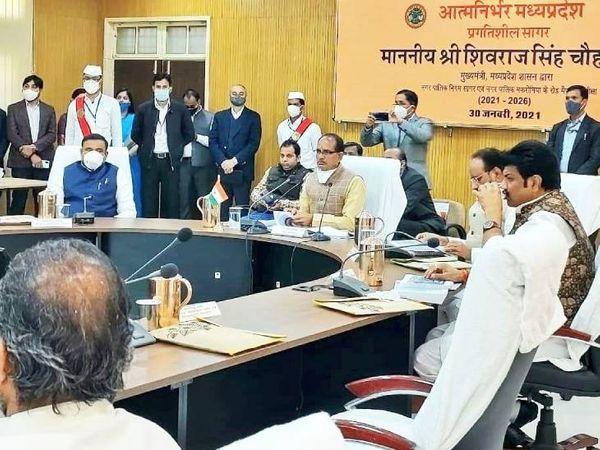 मुख्य कार्यक्रम से पहले मुख्यमंत्री शिवराज सिंह चौहान ने अधिकारियों के साथ बैठक की। - Dainik Bhaskar