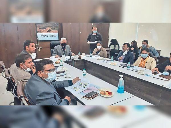 एफएमडीए के सीईओ वीएस कुंडू विभिन्न विभागों के अधिकारियों के साथ बैठक करते हुए। - Dainik Bhaskar