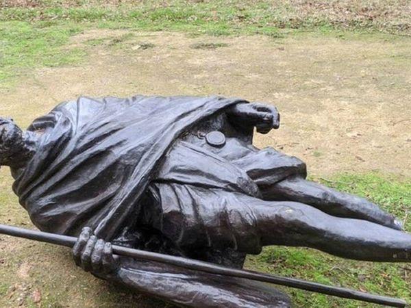 गांधी प्रतिमा कैलिफोर्निया के सिटी ऑफ डेविस के सेंट्रल पार्क में स्थापित की गई थी। इसकी ऊंचाई 6 फीट और वजन 294 किलोग्राम था। - Dainik Bhaskar