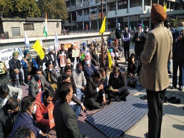 वकीलों ने कहा कि केंद्र सरकार का रवैया सिर्फ किसान आंदोलन ही नहीं, पूरे देश के लिए सही नहीं है।