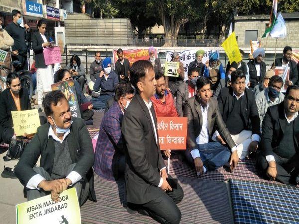 72वें गणतंद्ध दिवस पर दिल्ली के लाल किला पर हुईं हिंसा में वकीलों ने पुलिस और सरकार की भूमिका निंदा करते हुए जिम्मेदारों के विरुद्ध सख्त कार्रवाई की मांग की है। - Dainik Bhaskar