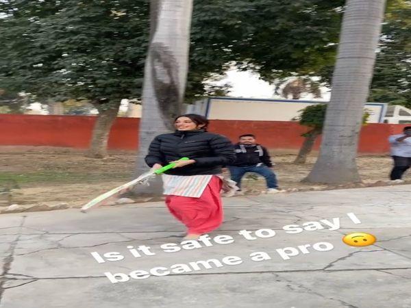 चंडीगढ़ में क्रिकेट खेलते स्पॉट की गईं एक्टर जहान्वी कपूर। - Dainik Bhaskar