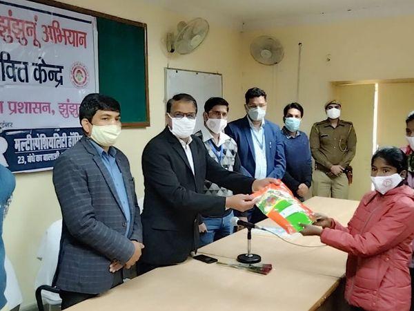 झुंझुनू। एनीमिया मुक्त अभियान के तहत कार्यशाला में बीज वितरण करते अतिथि। - Dainik Bhaskar