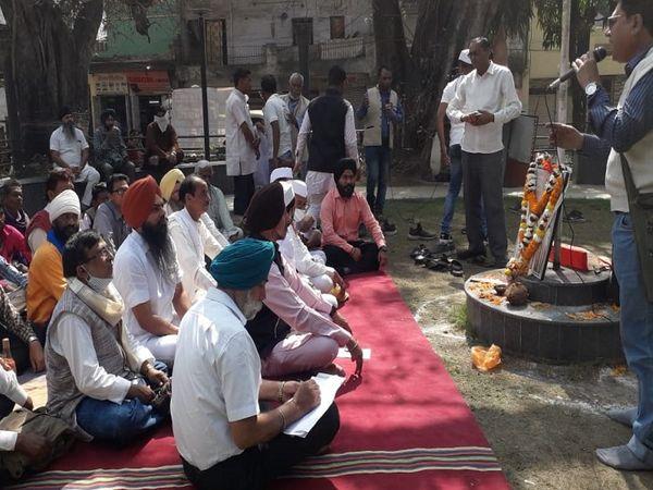 तस्वीर रायपुर के आजाद चौक की है। इस मौके पर क्रांति के गीत गाए गए, किसान नेताओं ने अपना समर्थन दिल्ली में चल रहे आंदोलन को दिया। - Dainik Bhaskar