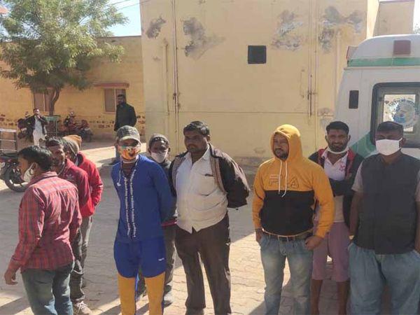 पोकरण अस्पताल में मोर्चरी के बाहर खड़े मृतकों के परिजन। - Dainik Bhaskar