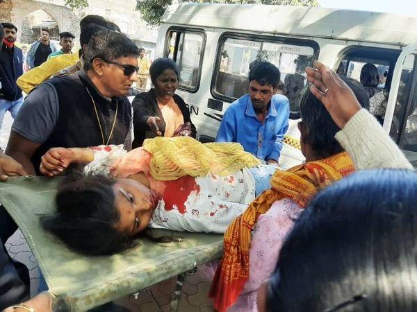 जहाज महल की छत से गिरने के बाद छात्रा घायल हाे गई। उसे जिला अस्पताल रैफर किया गया है, जहां उसकी हालत स्थिर है।