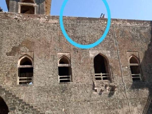 जहाज महल की इसी छत की मुंडेर पर खड़ी होकर छात्रा सेल्फी ले रही थी। अचानक बैलेंस बिगड़ने से नीचे गिर गई। - Dainik Bhaskar