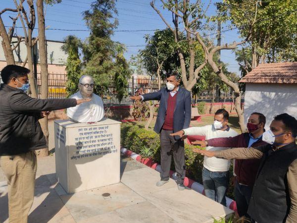 गांधी जी की प्रतिमा के समक्ष कुष्ठ रोग उन्मूलन की शपथ लेते हुए। - Dainik Bhaskar