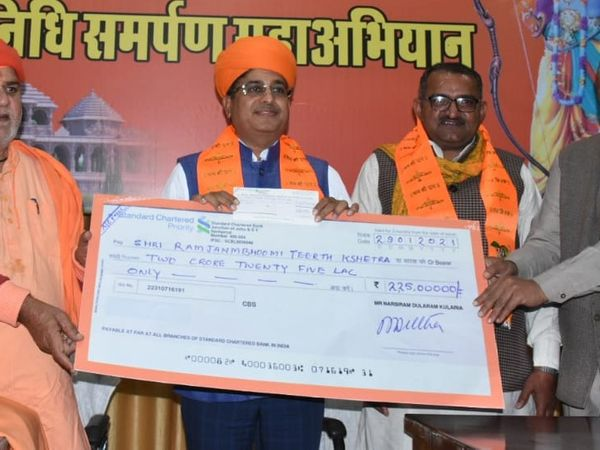 राम मंदिर के लिए नरसी कुलरिया सवा दो करोड़ रुपए का चैक भेंट करते हुए। - Dainik Bhaskar