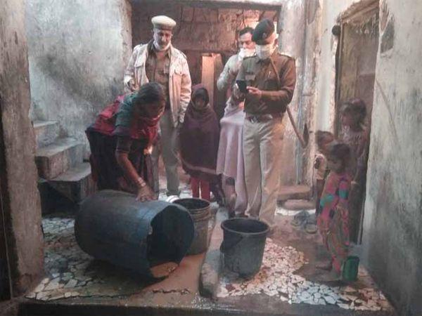 बस्ती में पुलिस ने अवैध शराब को नष्ट करवाया। - Dainik Bhaskar