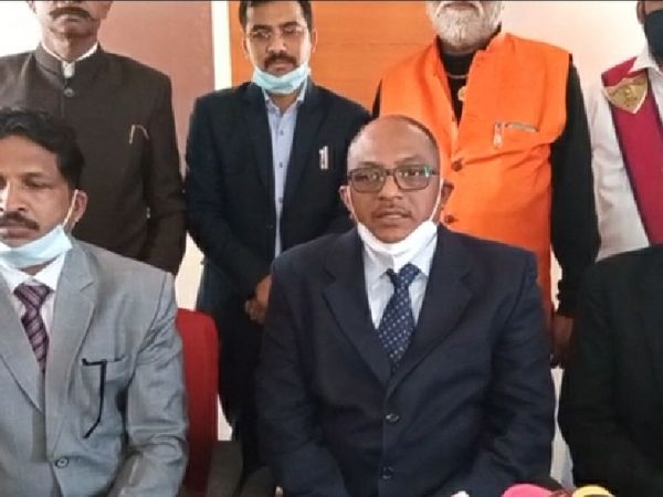मीडिया से चर्चा करते उज्जैन जिला जज नरेंद्र प्रताप सिंह - Dainik Bhaskar