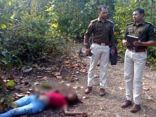 कुछ बच्चे 28 जनवरी को जब नक्सल प्रभावित क्षेत्र मडाईकोना गांव स्थित भथुरा लकड़ा कोना जंगल में गाय चराने पहुंचे, तो उन्होंने जिसी मिंज के शव देखा। (फाइल) - Dainik Bhaskar