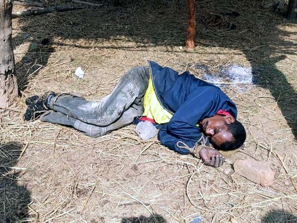 वारदात के बाद भागने की कोशिश कर रहे आरोपी को गांव वालों ने पकड़कर पीटा और रस्सी से बांध दिया। - Dainik Bhaskar