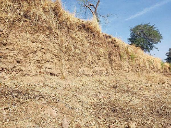 इस पहाड़ी काे काटकर दूसरी तरफ समतलीकरण किया गया है। - Dainik Bhaskar