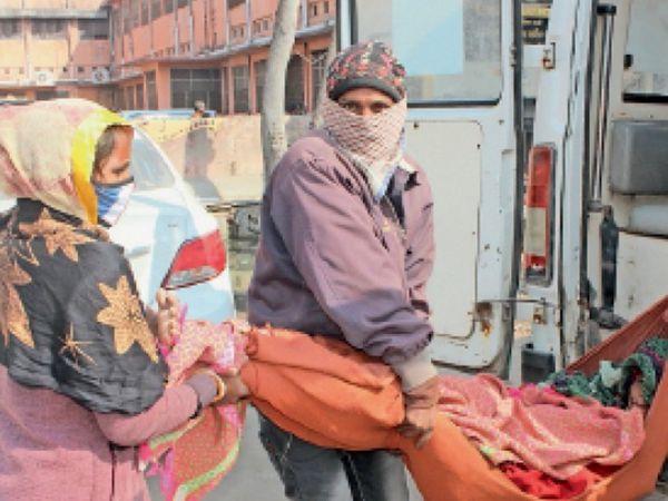 मरीज शांतिबाई को एंबुलेंस से उतारने के लिए 11.30 तक भी स्ट्रेचर नहीं मिला तो परिजनों ने ही चादर में रखकर नीचे उतारा। - Dainik Bhaskar