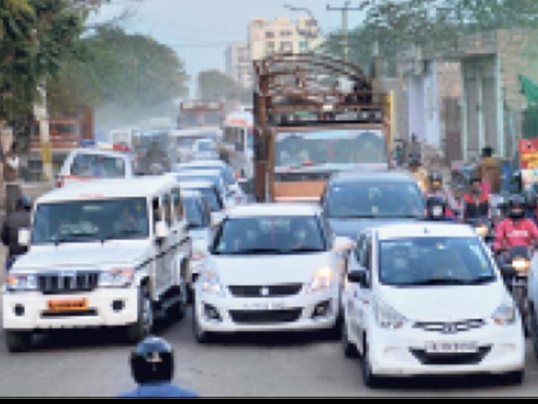 नहर चौराहा से एम्स जाने वाली रोड पर रेड लाइट के दौरान वाहनों में फंसी 2 एंबुलेंस। - Dainik Bhaskar