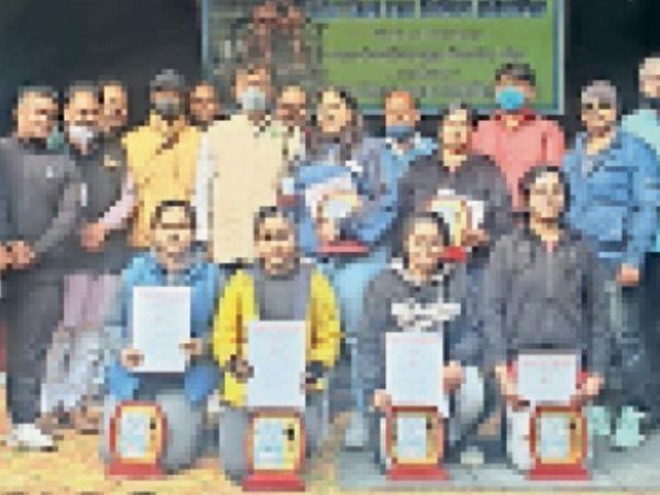 लिफ्टिंग संघ की ओर से आयोजित प्रतियोगिता में विजेता खिलाड़ी। - Dainik Bhaskar