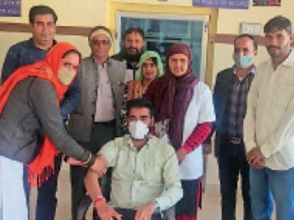 पाटोदा. प्राथमिक स्वास्थ्य केंद्र पाटोदा में टीके लगवाते स्वास्थ्यकर्मी। - Dainik Bhaskar