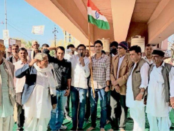रींगस। खाटूश्यामजी मोड़ पर किसान श्रमिक पंचायत में विरोध प्रदर्शन करते हुए। - Dainik Bhaskar