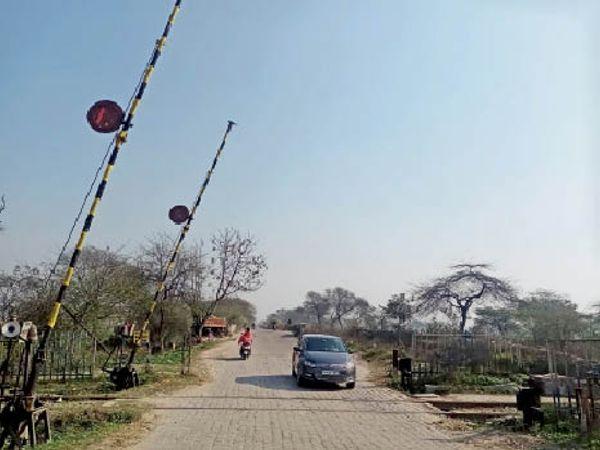 आदमपुर सिविल एयरपोर्ट के रास्ते में आता फाटक जहां आरयूबी बनेगी। (दाएं) सिंगल लेन रोड जो फोर लेन बनेगी।- भास्कर - Dainik Bhaskar