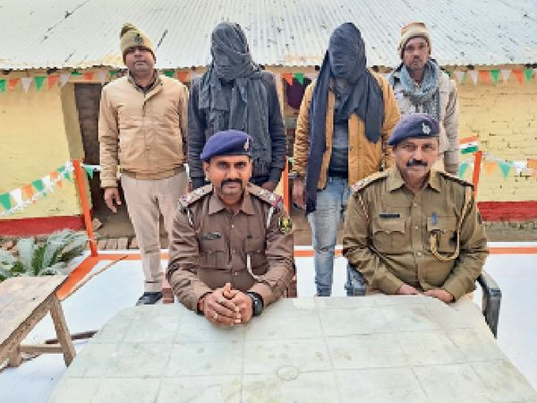 गिरफ्तार आरोपियों के बारे में जानकारी देते पुलिस अधिकारी। - Dainik Bhaskar