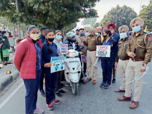 ट्रैफिक नियम की उल्लंघना करने वालों को जागरूक किया। - Dainik Bhaskar