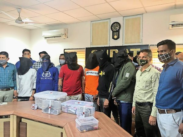 पुलिस ने कार और नकद समेत 1.17 करोड़ का सामान जब्त किया है। - Dainik Bhaskar