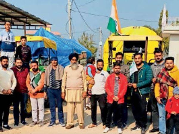 इस्माइलाबाद | थडौली व ढल्ला माजरा से दिल्ली के लिए रवाना होते किसान। - Dainik Bhaskar