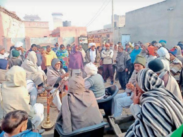 कलानौर के गुढ़ाण गांव में हुई पंचायत में मौजूद ग्रामीण। - Dainik Bhaskar