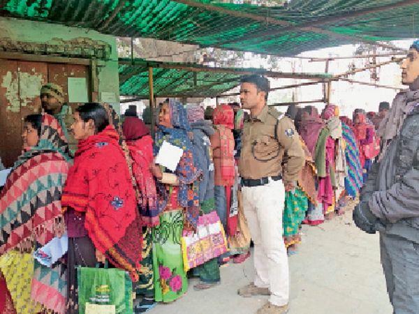 हसनपुरा में आरटीपीएस काउंटर पर उमड़ी महिलाओं की भीड़। - Dainik Bhaskar