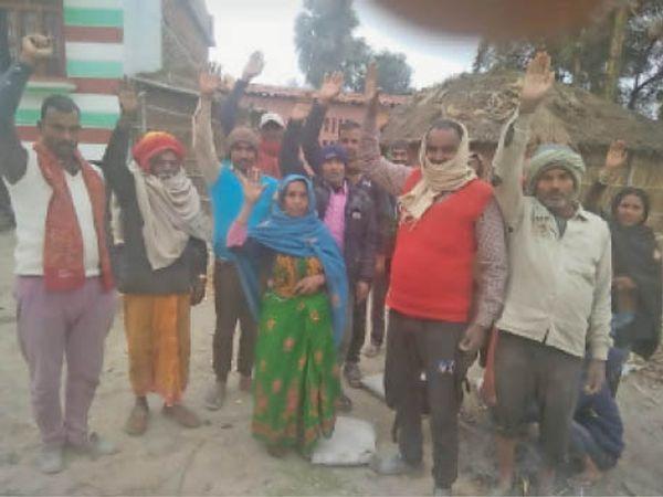 मतदाता सूची से नाम हटाने पर विरोध जताते वोटर। - Dainik Bhaskar