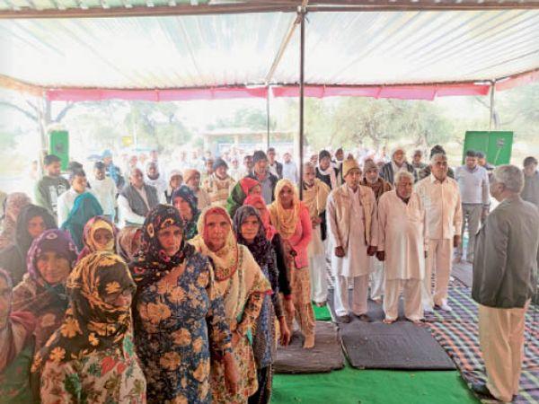 ढिगावा मण्डी  खरकड़ी के मिलवाना जोहड में किसान धरना स्थल पर महात्मा गांधी की पुण्य तिथि पर मौन किसान व प्रतिमा पर पुष्प अर्पण करते हुए। - Dainik Bhaskar