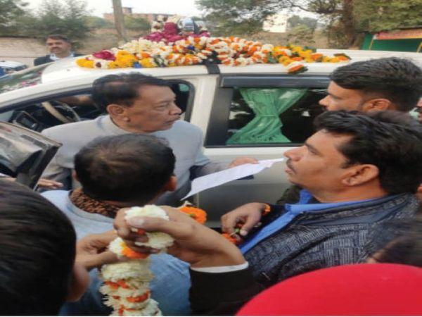 खाद्य मंत्री को ज्ञापन देते विक्रेता। - Dainik Bhaskar