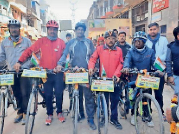 मेहंदीपुर बालाजी |गुजरात से क्लीन इंडिया ग्रीन इंडिया का संदेश लेकर आस्था धाम मेहंदीपुर बालाजी पहुंची साइकिल यात्रा। - Dainik Bhaskar