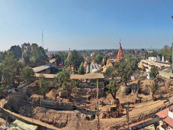दर्शनार्थियों को जल्द ही मंदिर के सामने शिखर दर्शन की सुविधा मिलेगी। इसके लिए प्रशासन ने मंदिर के सामने के सभी निर्माण हटा दिए हैं। यहां ऊपर के हिस्से में शिखर दर्शन लॉन और उसके नीचे नया वेटिंग एरिया बनाया जारहा है। फोटो अशोक मालवीय - Dainik Bhaskar