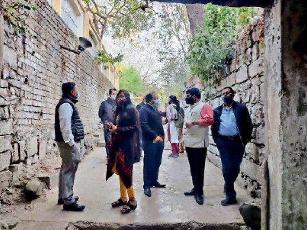 प्राचीन द्वार का निरीक्षण करते हुए केंद्रीय शहरी मंत्रालय का दल। - Dainik Bhaskar