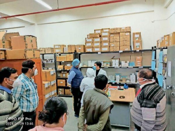 चरक में स्टाफ से अस्पतालकर्मियों से जानकारी लेती टीम। - Dainik Bhaskar